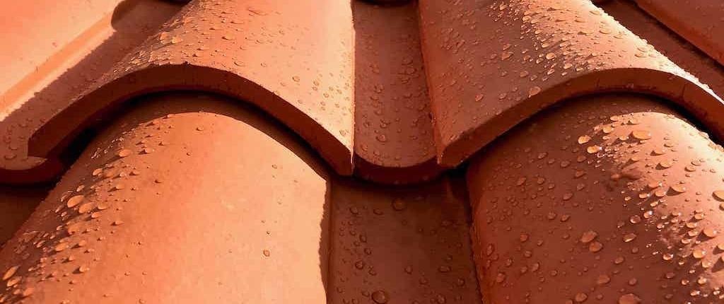 Couverture en tuile mécanique mouillée