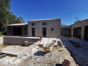 Piscine et maison neuve milieu de chantier